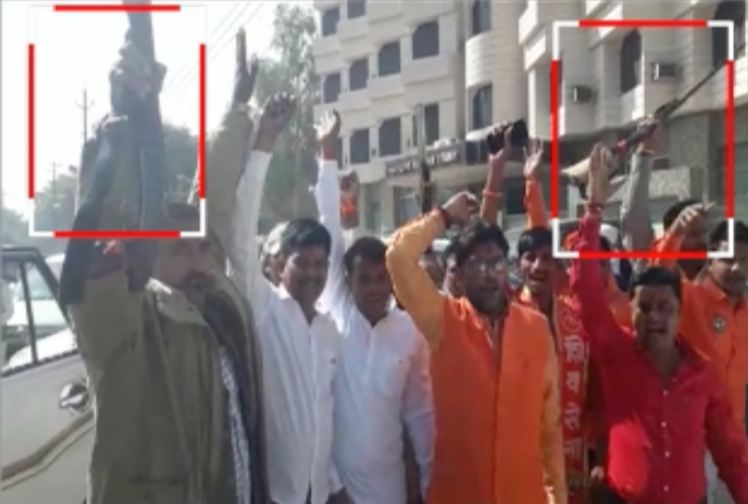 VIDEO : तणावपूर्ण अयोध्येत शिवसेैनिकांनी बंदुका नाचवल्या