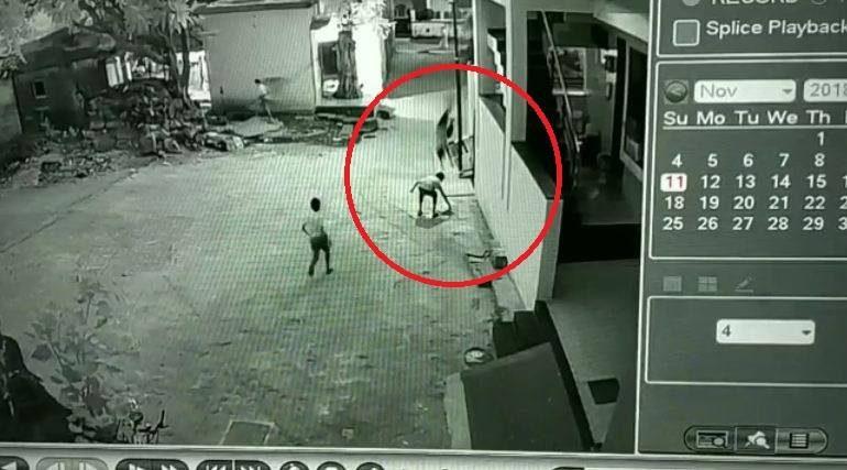 मुलगा तिसऱ्या मजल्यावरुन मित्राच्या अंगावर पडला, सुखरुप बचावला!
