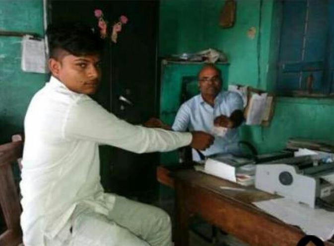 तीन टन कांदा विक्रीतून 6 रुपये उरले, शेतकऱ्याने मनी ऑर्डरने मुख्यमंत्र्यांना पाठवले!