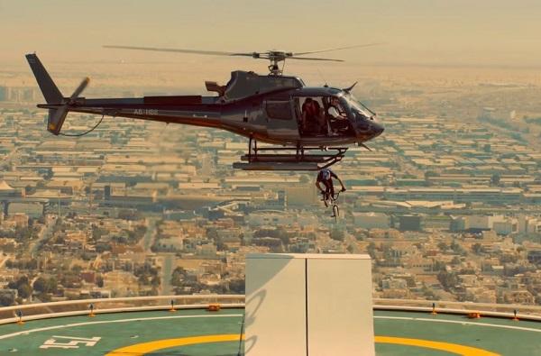 हेलिकॉप्टरमधून सायकलसह उडी, सायकलिंग स्टंटचा थरारक व्हिडीओ