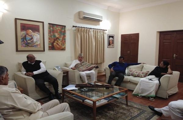 मोदींना हटवण्यासाठी विरोधक एकवटले, पवारांच्या दिल्लीतल्या घरी बैठक