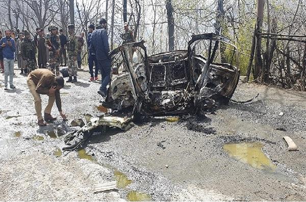 पुन्हा 'पुलवामा'चा प्रयत्न, CRPF च्या बसला स्फोटकांची कार धडकली