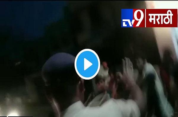 VIDEO: रिक्षाचालकांच्या टोळक्याकडून पोलिसाला लाथा बुक्क्यांनी मारहाण