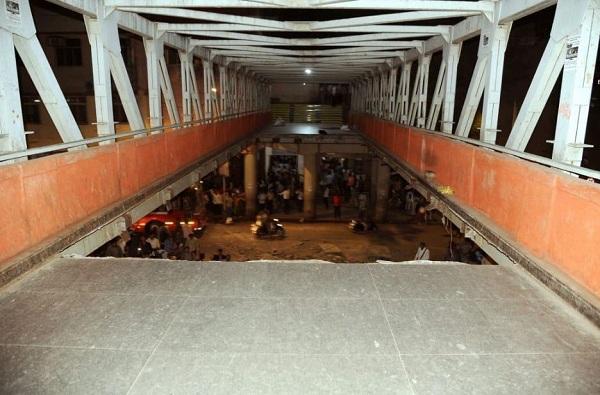 सीएसएमटी स्टेशनबाहेरील 'तो' पूल पुन्हा बांधणार, सहा महिन्यात पूल खुला करण्याचा प्रयत्न
