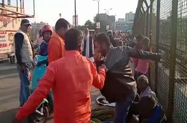 लखनऊमध्ये काश्मिरी विक्रेत्यांना विश्व हिंदू दलाकडून मारहाण