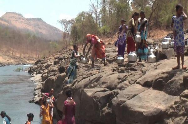 धरणांच्या तालुक्यात पाण्यासाठी महिलांचा संघर्ष