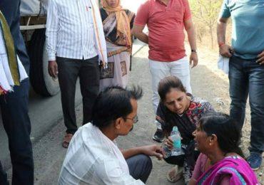 जेव्हा डॉ. प्रीतम मुंडे गाडी थांबवून जखमी व्यक्तीची मदत करतात....