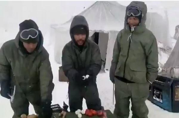 VIDEO: हातोड्याने अंडे फोडले, सुरीने ज्यूस कापला, गोठलेल्या थंडीत जवानांची झुंज