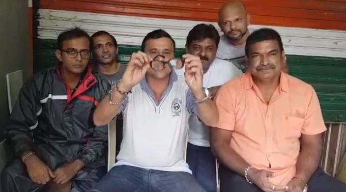 मनसेने मुंबईच्या महापौरांना जाड भिंगाचा चष्मा पाठवला