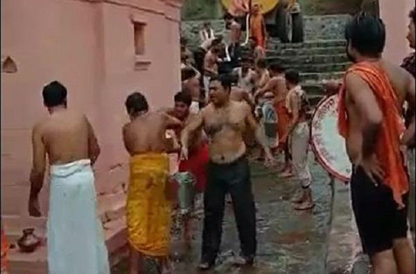 पाऊस पडण्यासाठी प्रार्थना, परळीत मंदिरच पाण्याने भरवलं