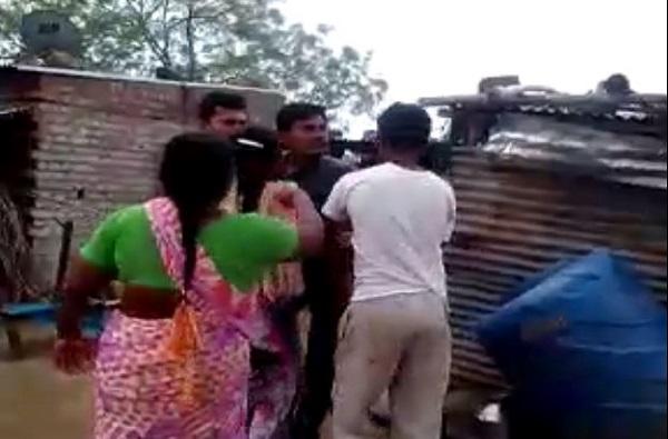 भिल्ल कुटुंबाने गाव सोडून जाण्यास नकार दिल्याने जबर मारहाण