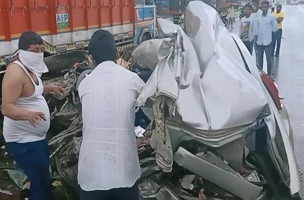 मुंबई-बंगळुरु महामार्गावर अपघात, तिघांचा मृत्यू, कारचा चेंदामेंदा