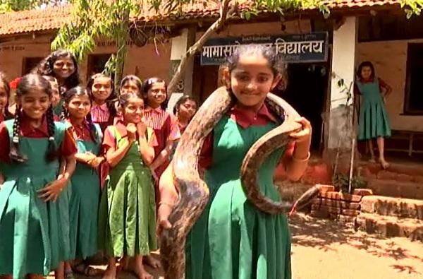 अबब! या शाळेत विद्यार्थ्यांना चक्क साप पकडण्याचं प्रशिक्षण