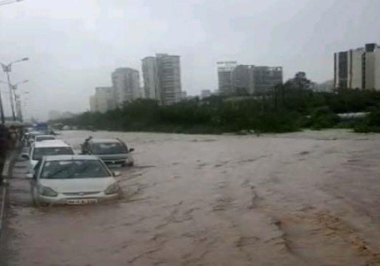 सायन-पनवेल मार्गावर महापूर, गाड्या पाण्यावर तरंगल्या, अनेक जण अडकले