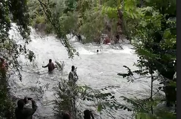 पोलिसांपासून वाचण्यासाठी चोरांची वाहत्या नदीत उडी