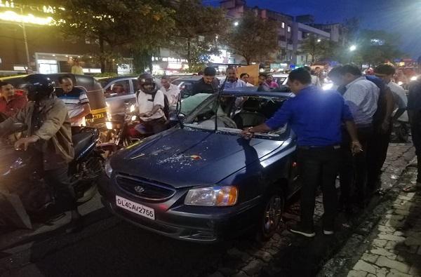 पुण्यात विदेशी पर्यटकांना धक्काबुक्की, कारच्या काचाही फोडल्या