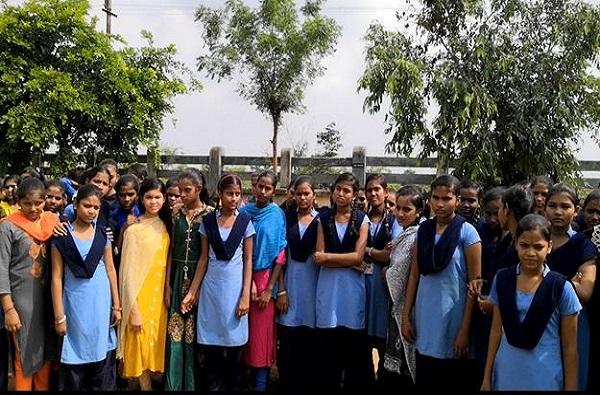 मासिक पाळी असो वा कोणताही प्रश्न सांगायचा कुणाला, महिला अधीक्षकाअभावी 100 मुलींनी शाळा सोडली!