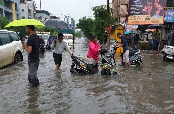 पाऊस LIVE : मुंबईसह उपनगरात मुसळधार, जनजीवन विस्कळीत