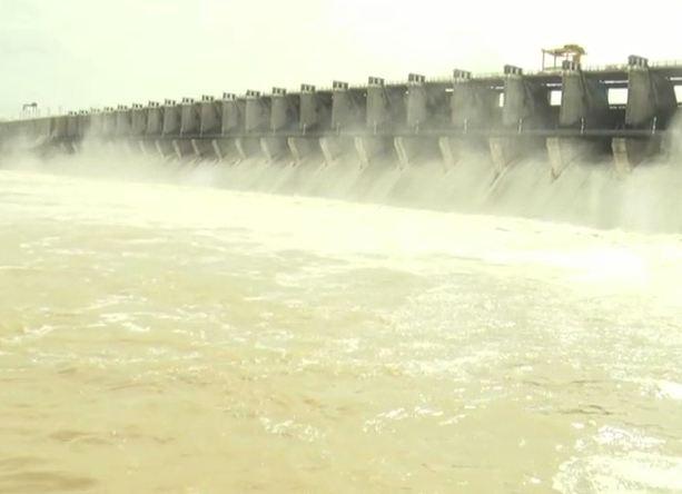 अलमट्टीतून पाणी सोडल्याने 17 गावं विस्थापित, पुराचा आरोप महाराष्ट्रावर