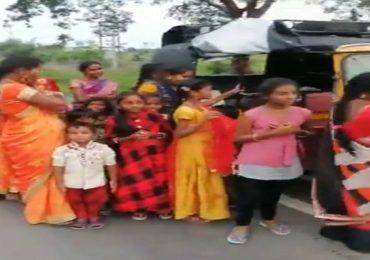 Viral Video : भरगच्च रिक्षा पोलिसांनी थांबवली, रिक्षातून उतरले तीन-चार नव्हे, 24 जण!