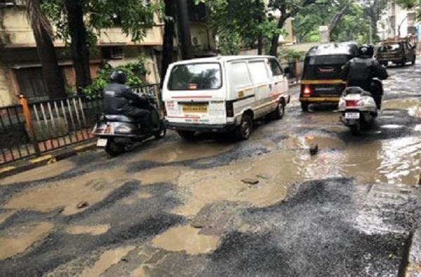 मुंबईत फक्त 414 खड्डे बुजवणे बाकी, पालिकेचा अजब दावा