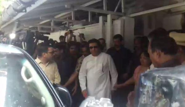 Raj Thackeray | आईच्या डोळ्यात अश्रू, हात धरुन राज ठाकरेंना गाडीपर्यंत सोडलं