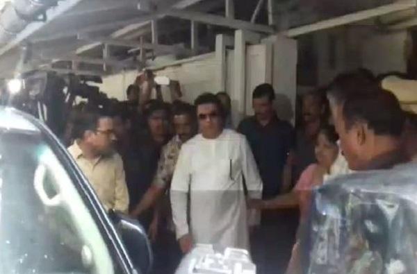 राज ठाकरे ईडी कार्यालयाकडे जाताना आई भावूक