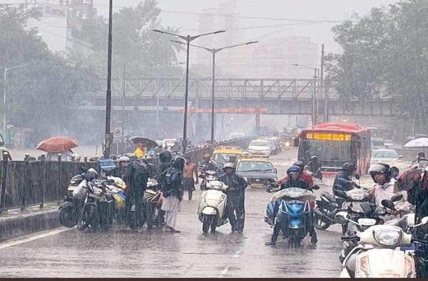 Rain Live Update : मुंबईसह उपनगरांत मुसळधार पाऊस, येत्या 24 तासात अतिवृष्टीचा इशारा