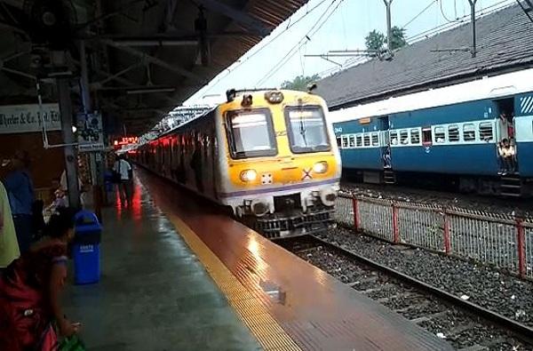 Mumbai Local | मुंबईत कोरोना वाढला, सर्वसामान्यांसाठी लोकल सेवा सुरू करण्याचा निर्णय लांबणीवर