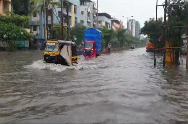 मुंबईसह उपनगरात मुसळधार पाऊस, नालासोपारा, वसई-विरारमधील रस्त्यांवर पाणीच पाणी