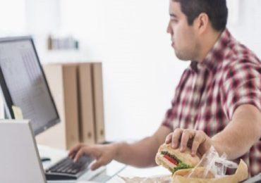कॉम्प्युटरसमोर बसून वजन वाढलं, भारतातील 63 टक्के कर्मचारी लठ्ठ