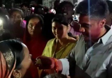 रोहित पवारांच्या विजयासाठी महिलेचा महिनाभर उपवास, रोहित पवारांनी स्वत: भरवला घास