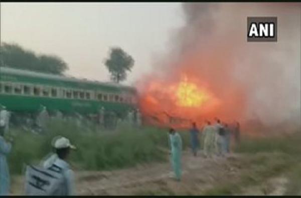 पाकिस्तानमध्ये रेल्वेत भीषण स्फोट, 65 प्रवाशांचा मृत्यू, अनेकांच्या धावत्या रेल्वेतून उड्या