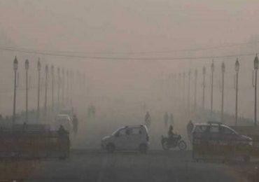 दिल्लीत प्रदूषणाने हाहा:कार, धुरक्यामुळे रस्ताही दिसेनासा