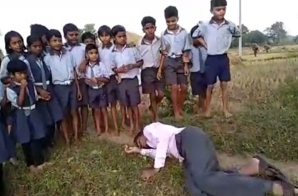 दारु पिऊन शिक्षक शेताच्या बांधावर निद्रावस्थेत, विद्यार्थी मात्र गुरुजींच्या प्रतिक्षेत