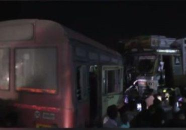 अहमदनगर-पुणे महामार्गावर बस-ट्रकची समोरासमोर धडक, तिघांचा मृत्यू, 25 जखमी