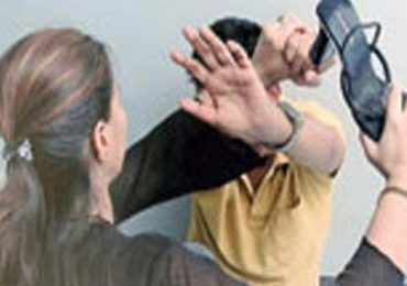 कॉर्नर सीटवर पतीला गर्लफ्रेण्डसोबत रंगेहाथ पकडलं, पत्नी झाली 'मर्दानी'