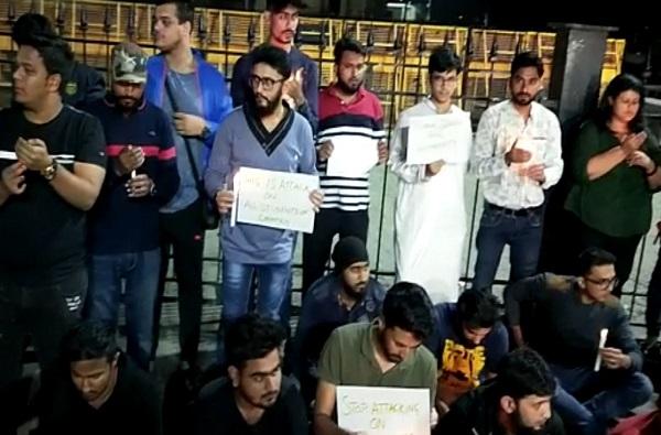 जेएनयूमधील विद्यार्थ्यांवर भीषण हल्ला, मुंबईत विद्यार्थी संघटना रस्त्यावर