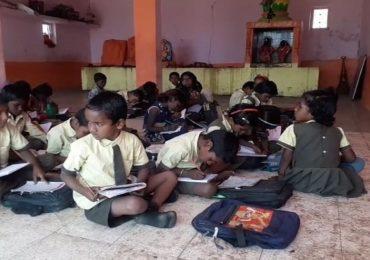 पडक्या खोल्या, भिंतींना तडे, शाळेअभावी चार वर्षांपासून विद्यार्थ्यांवर मंदिरात शिक्षण घेण्याची वेळ