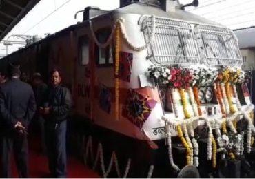 देशातील खासगी तेजस एक्स्प्रेस ट्रेनला हिरवा झेंडा, ट्रेन होस्टेससह अत्याधुनिक सुविधा