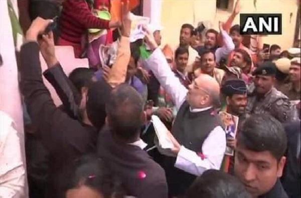 ऐन थंडीत दिल्लीचं राजकारण तापलं, निवडणुकीसाठी अमित शाहांपासून सर्वपक्षीय नेत्यांचा दारोदारी प्रचार