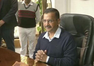 दिल्लीत मद्यावर 70 टक्के 'स्पेशल कोरोना फी', पेट्रोल-डिझेलचीही घसघशीत दरवाढ, केजरीवालांची घोषणा