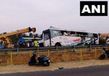 ट्रकच्या धडकेत बसचा चक्काचूर, 19 प्रवाशांचा मृत्यू