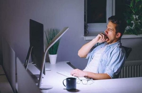 ऑफिसमध्ये 9 तास काम करताय, तर तुम्हाला 'या' आजारांचा सर्वाधिक धोका
