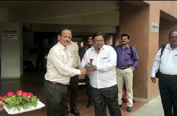 Pune ZP employees receive roses