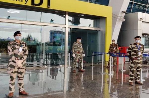 Corona : मुंबई विमानतळावर तैनात CISF चे 11 जवान कोरोना पॉझिटिव्ह, तब्बल 142 जण क्वारंटाईन