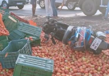 PHOTO : दुचाकीला धडक देऊन टोमॅटोने भरलेला टेम्पो उलटला; रस्त्यावर 'लाल चिखल'