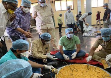 तेलंगणा-महाराष्ट्र सीमेवरील धर्माबादमध्ये 'गावकऱ्यांचे किचन', 21 हजार गरजूंना रोज घरपोच जेवण