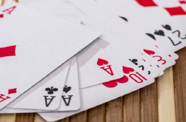लॉकडाऊनमध्ये पत्ते खेळणाऱ्यांचाच गेम, पत्ते पिसून वाटल्याने 40 जणांना कोरोना