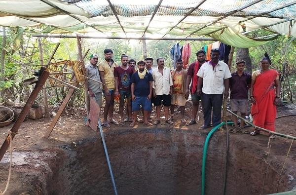 मुंबईचं कुटुंब गावात अडकलं, कुटुंबाने लॉकडाऊन सार्थकी लावला, 20 दिवसात विहीर खोदली